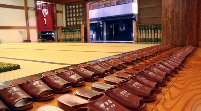 Il Galateo giapponese  togliersi le scarpe - Dondake.it ae80bb52161